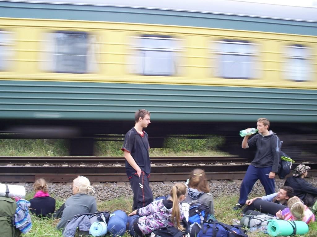 su traukiniu palei bėgius